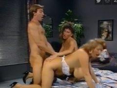 un barbat cu doua femei in pat
