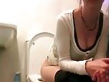 ochelarista filmata pe ascuns la toaleta
